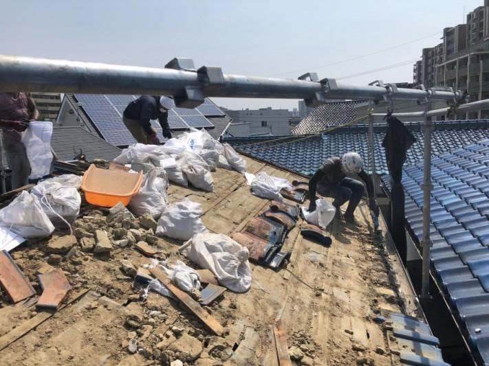 瓦をめくった後の屋根の土撤去作業
