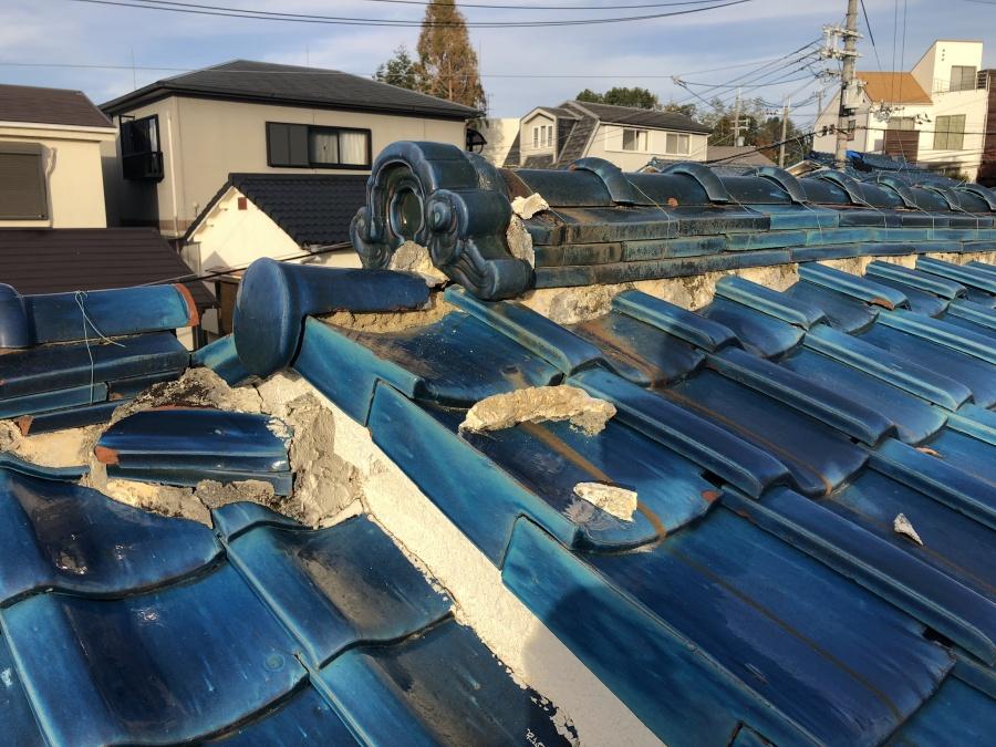 吹田市千里山西Y様|台風21号による棟の丸瓦熨斗瓦の崩壊が起こっている青い瓦屋根