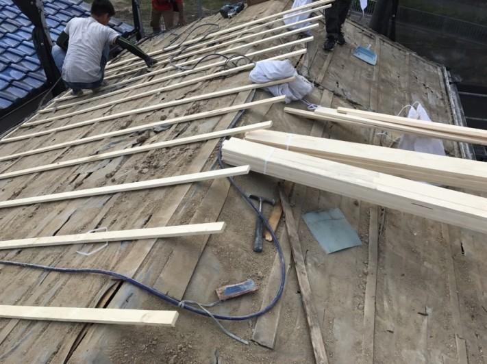 瓦をめくった後の屋根に垂木