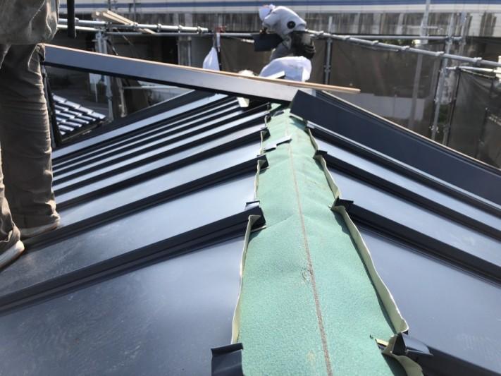 金属屋根葺き替え工事中の大棟