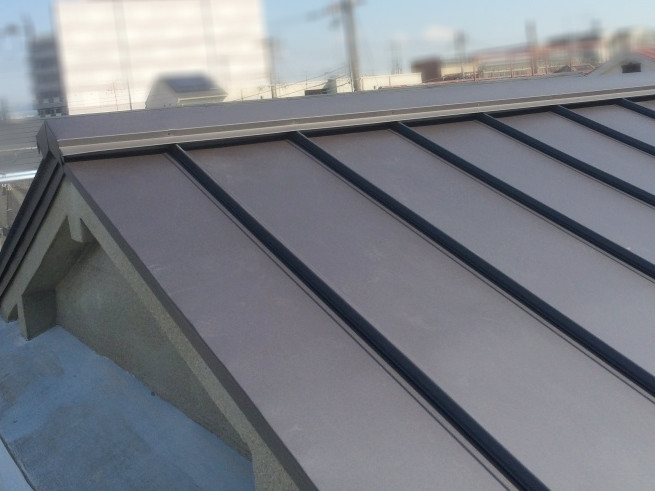 屋根葺き替え直後のガルバリウム鋼板の屋根