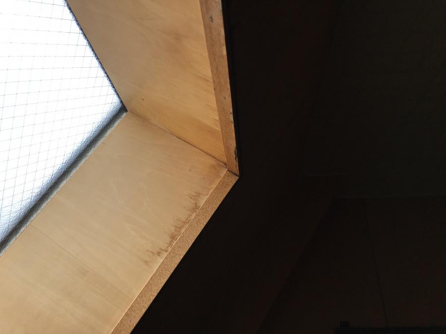 居室出窓の窓枠付近の雨漏りによる雨染み