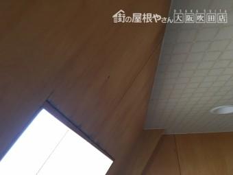 室内窓枠付近雨漏りによる雨染み