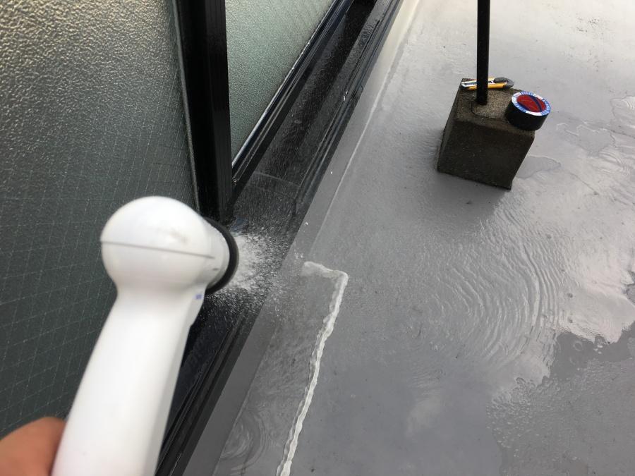 屋上ひび割れ部分に粘土で囲って散水試験をする