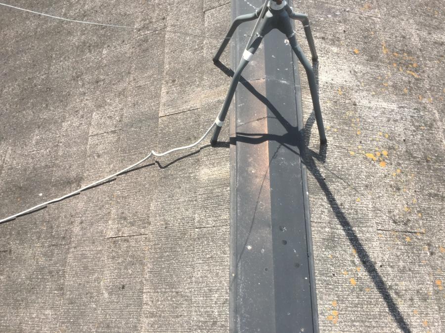 錆びたスレート屋根の棟板金