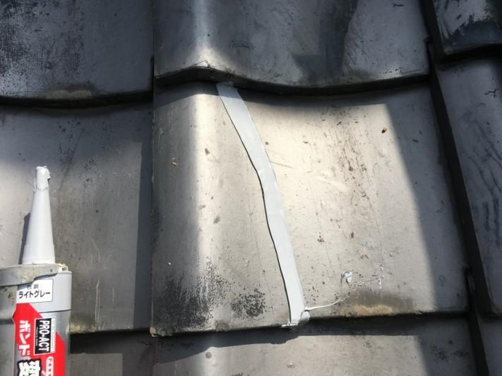 割れた瓦をコーキング補修