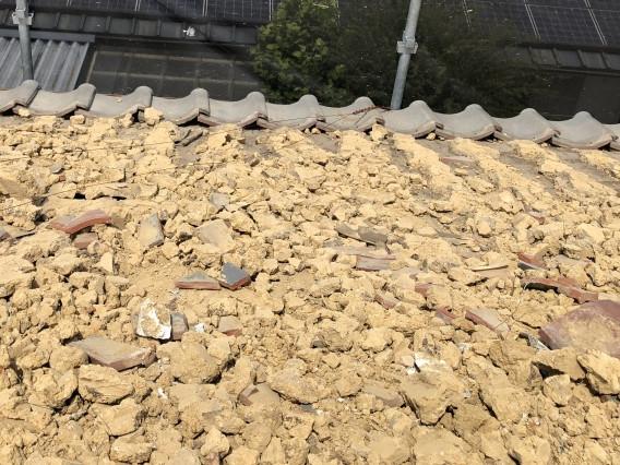 瓦を撤去すると露わになった大量の葺き土