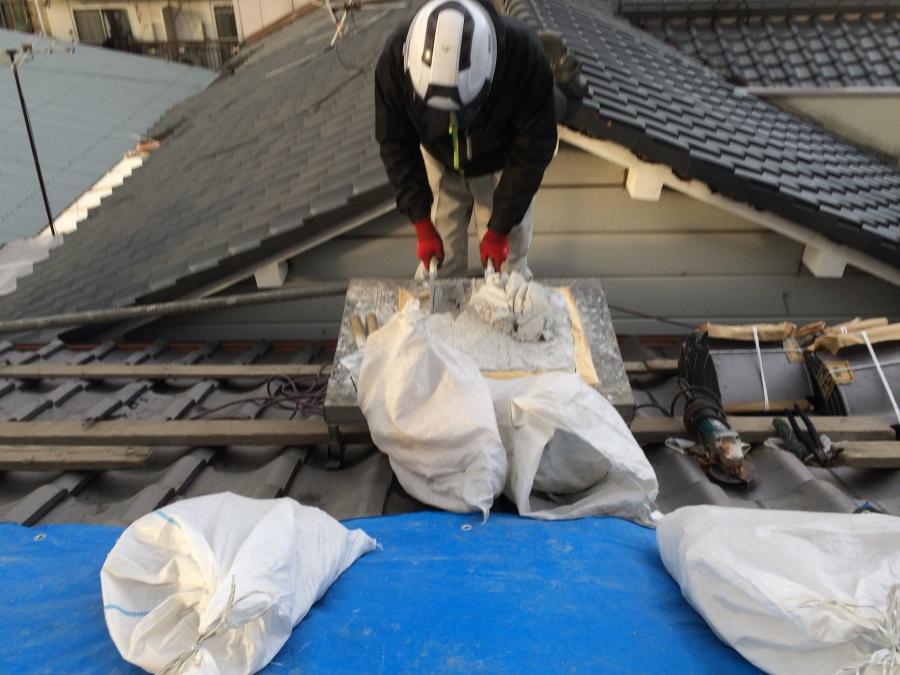 屋根下地に使うなんばんを練っている職人さん