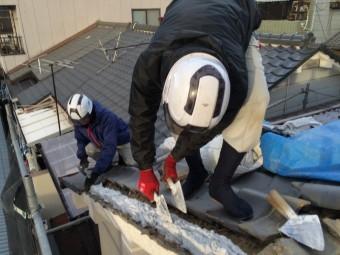 新しい漆喰を詰めていく職人