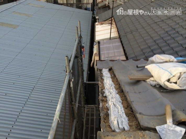 袖瓦をさしなおす下地としてなんばんを屋根に施工