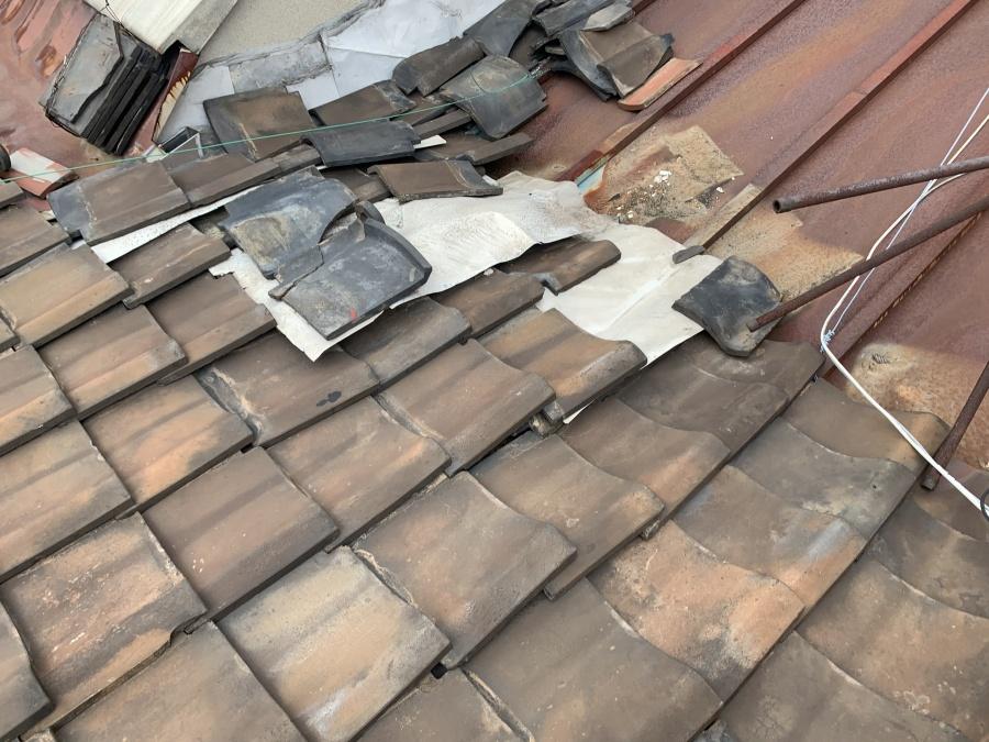 瓦屋根に残る雨漏り修理の形跡