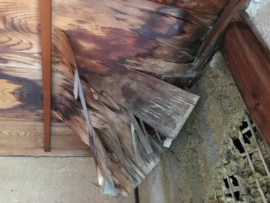雨漏りによる天井と壁の剥がれ崩れなどの劣化