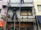 外壁塗装で職人が足場を組む