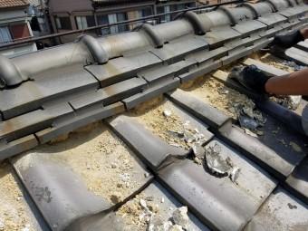 熨斗瓦の下の旧い土と漆喰撤去