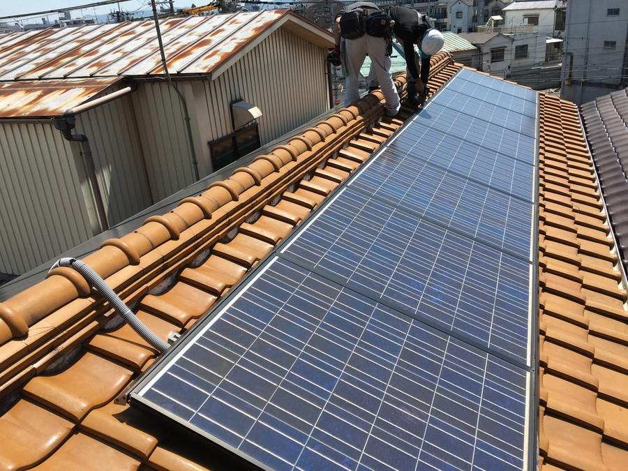 瓦屋根に設置された太陽光パネル
