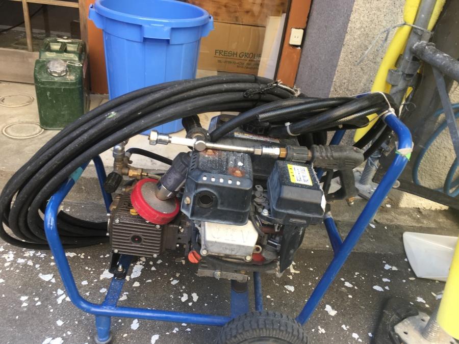 高圧洗浄機とポリバケツ