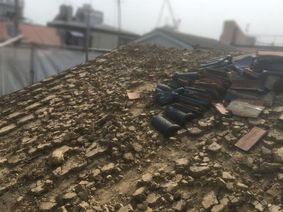 既存の瓦を撤去し露出した葺き土