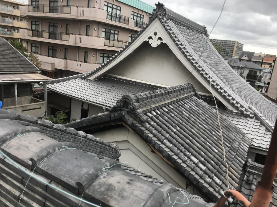 入り組んだ瓦屋根の棟