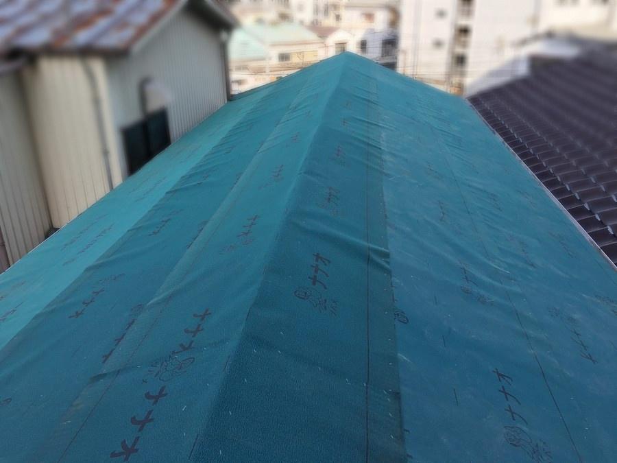 新しい防水シートを張った屋根