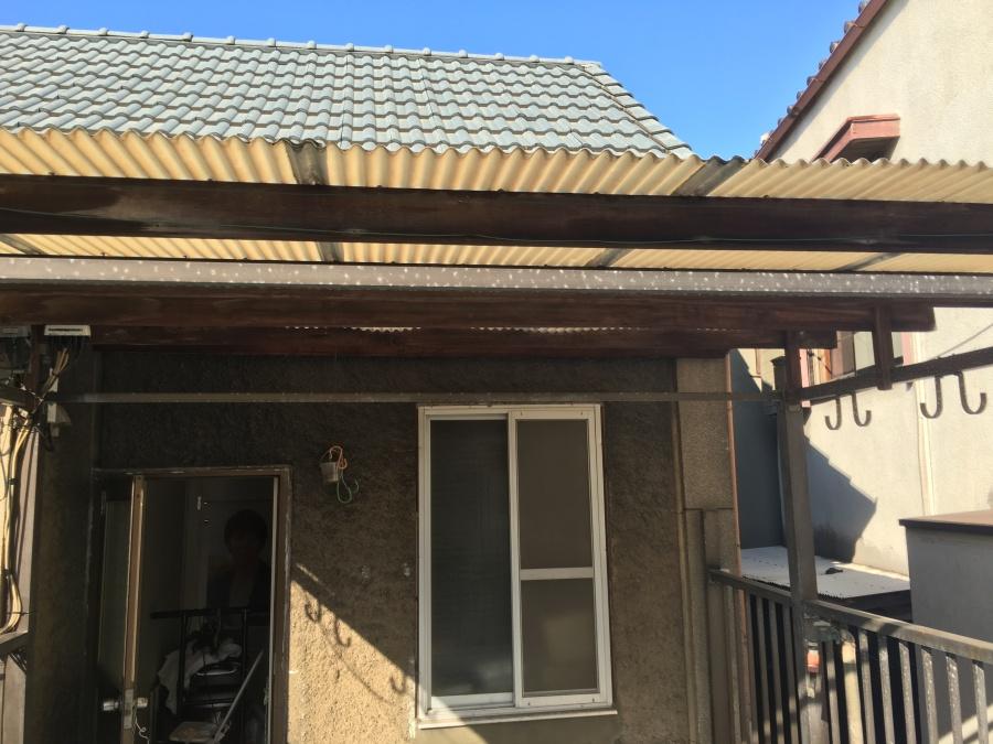 旧くなって黄ばんだ波板ポリカーボネート屋根