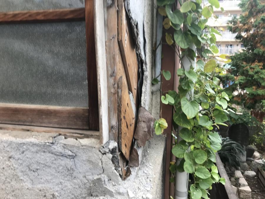 経年劣化で朽ちた建物木材