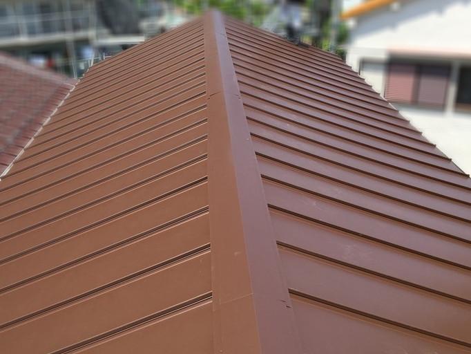 屋根葺き替え工事直後の金属屋根