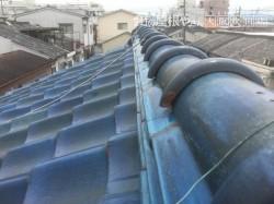 大棟積み替え前の青い瓦屋根