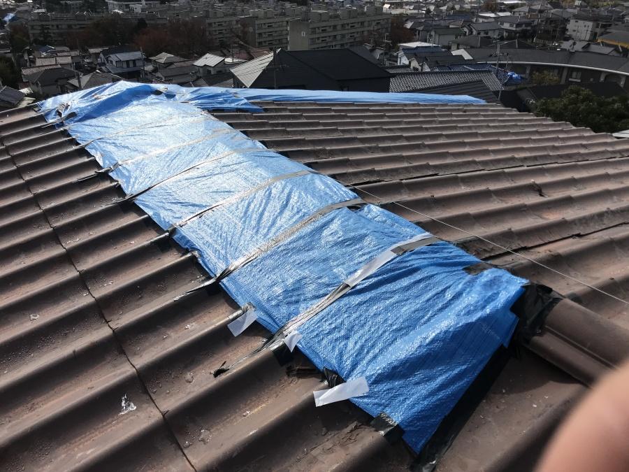 劣化した金属屋根をブルーシートでカバー