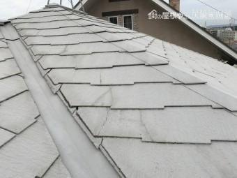 劣化の見られるスレート屋根と谷板金