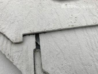 割れの生じたスレート屋根のアップ