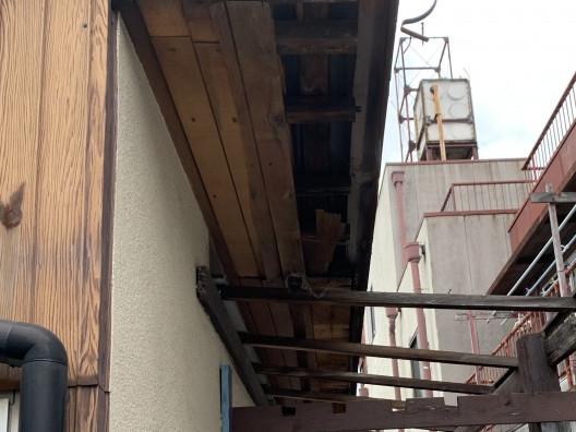 軒天が剥がれ落ち内部が露出した軒先屋根
