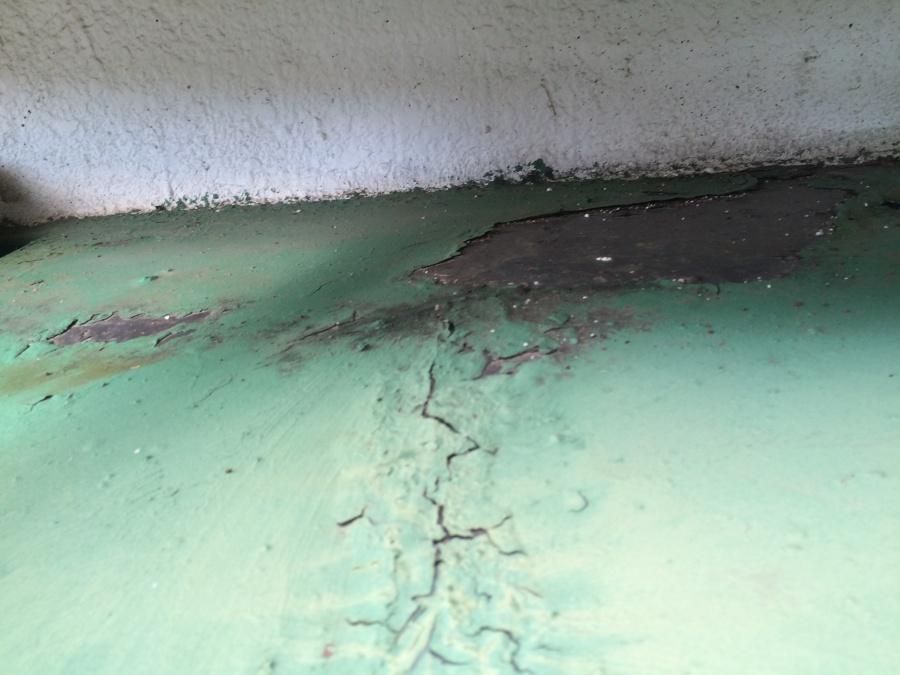 防水塗装の剥がれとクラック