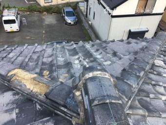 棟瓦が台風で飛散している状況