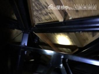 雨漏りで雨染みの見られる屋根裏