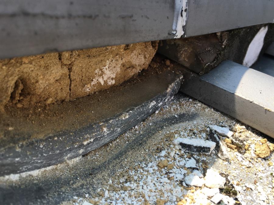 漆喰が剥がれた瓦屋根