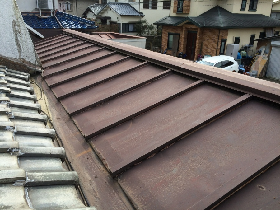 劣化した板金と金属屋根