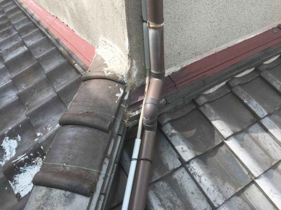 劣化した瓦屋根と下り棟