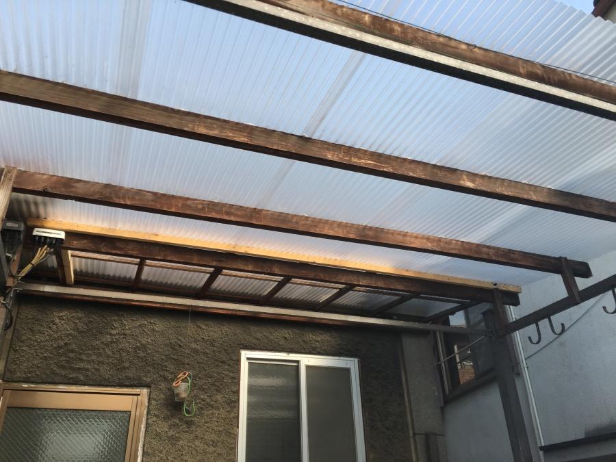 ベランダにポリカーボネート屋根材を取り付け下から見上げたところ