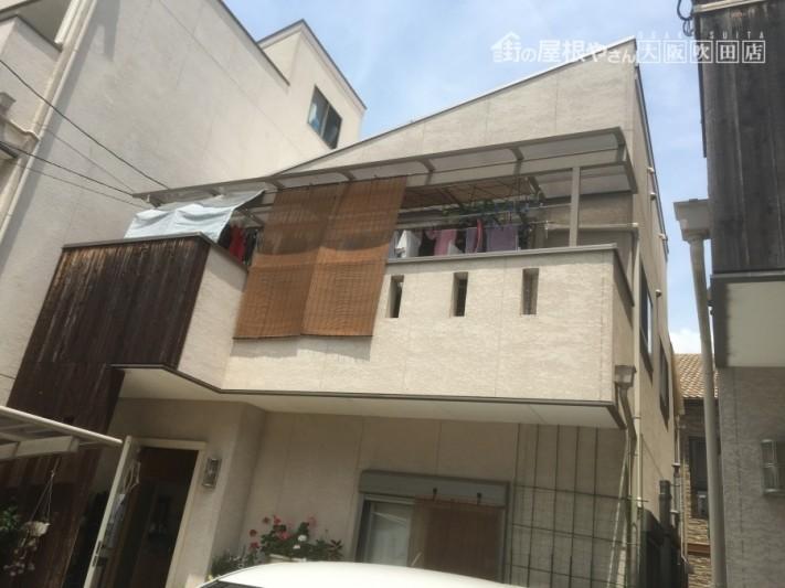 クリーム色の外壁のウッドをアクセントとしたナチュラルテイストの二階建て建物外観