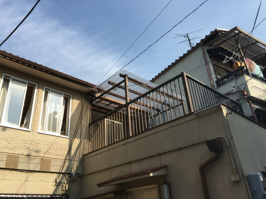 新しい波板ポリカーボネートのベランダ屋根
