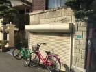 阿倍野区石ブロック塀が劣化し一部もろくなり剥がれている様子