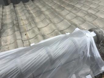 台風で崩壊した大棟をビニールでカバー