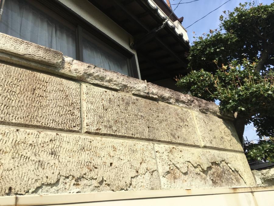 ブロック塀劣化により表面が剥がれ落ちている様子
