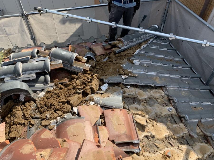 葺き替え工事で既存の瓦を解体中