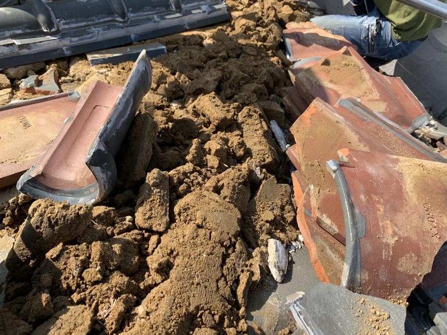 雨漏りにより土葺きの瓦下に葺かれた土が湿っている様子