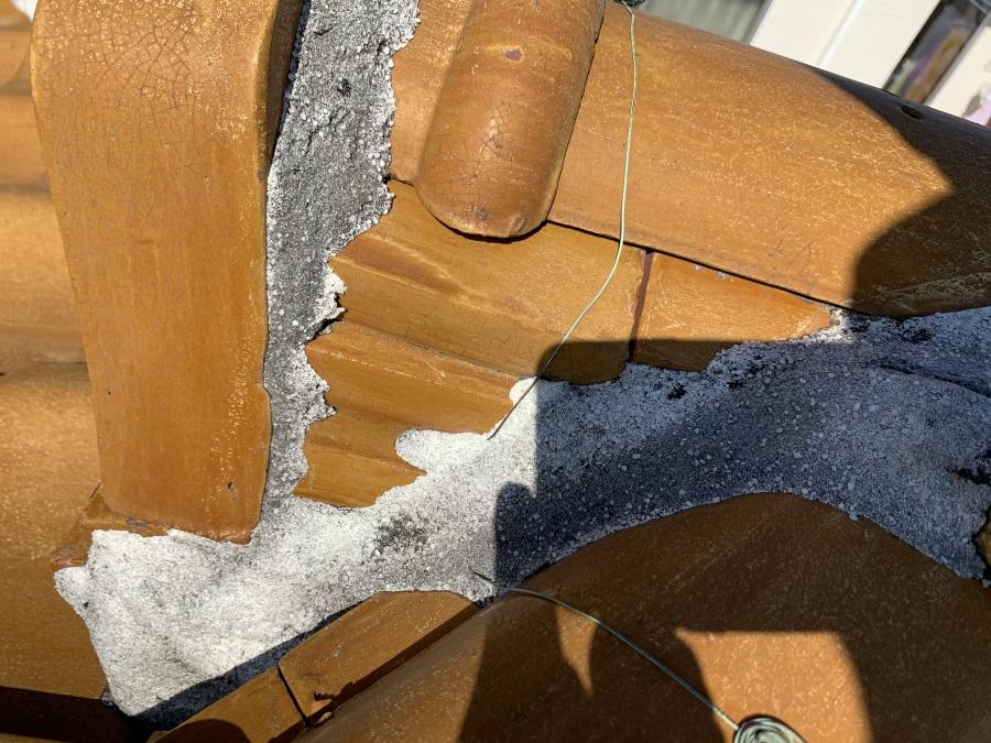 詰め過ぎた瓦屋根の漆喰