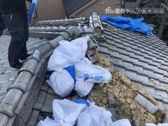 震災で倒壊した瓦と土の回収
