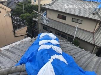 震災で崩壊した瓦屋根を養生