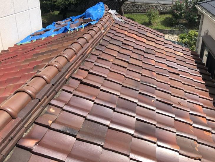 台風被害を受け崩れた屋根