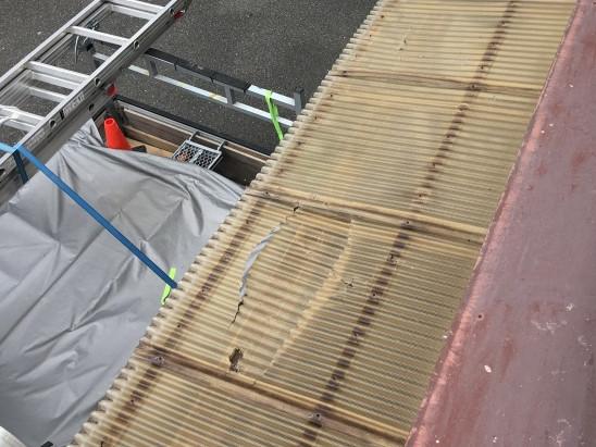 割れたベランダの波板屋根